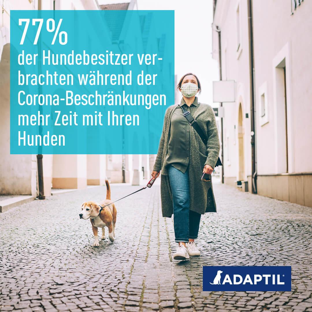 Frau mit Mundschutz und Hund läuft durch die Stadt