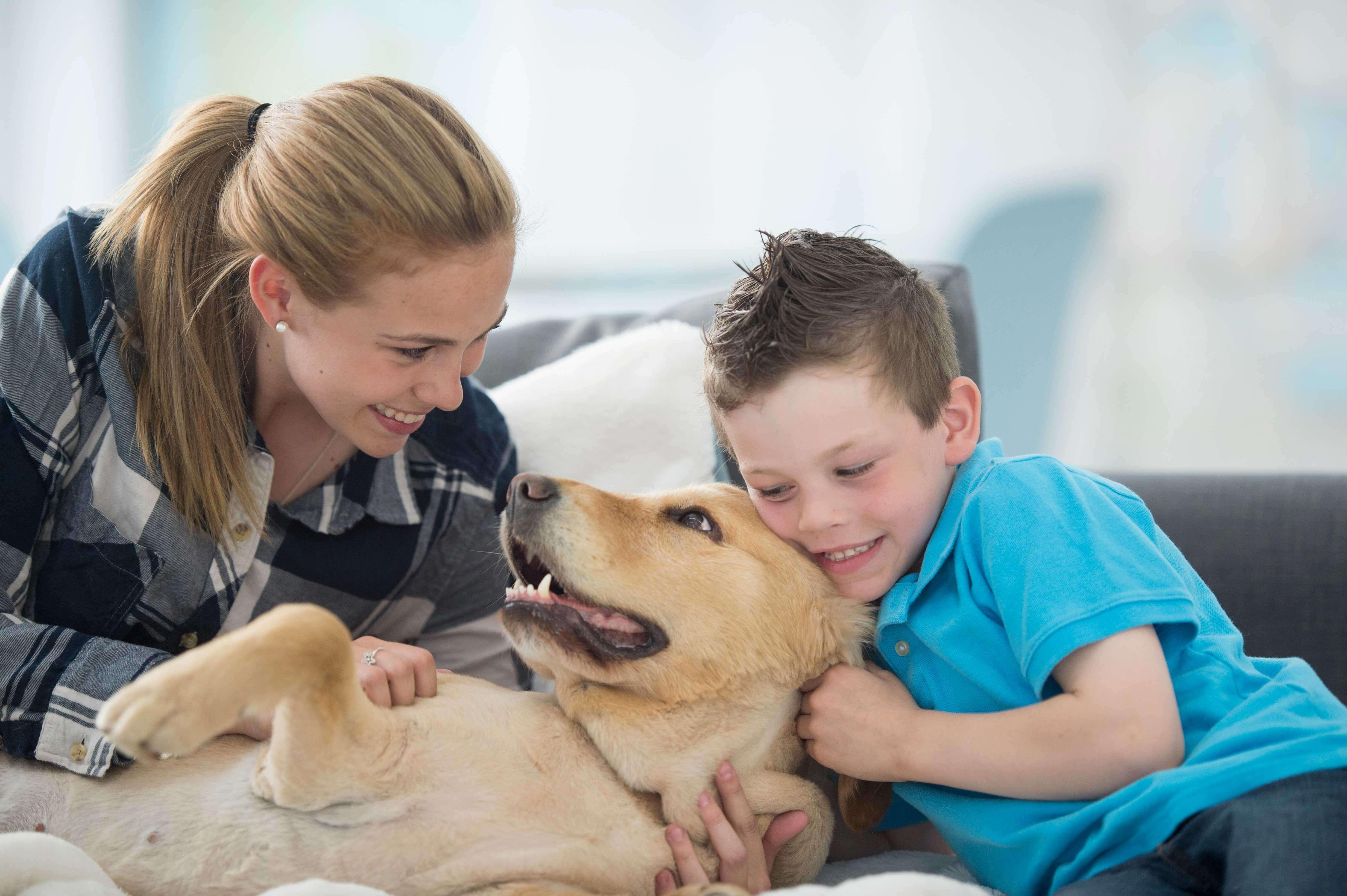 Mutter und sohn kuscheln Hund